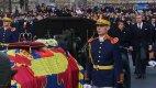 """Pohřbu oblíbeného panovníka se 16. prosince 2016 zúčastnila řada jeho """"poddaných""""."""