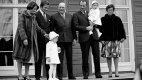 Fotografie královské rodiny se švédským králem Karlem Gustafem. Zleva: Sonja, král Karel Gustaf, princezna Märtha Louise, norský král Olav, korunní princ Harald, princ Haakon Magnus a Haraldova sestra princezna Astrid.