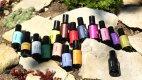 Šestnáct vonných přírodních esencí, z nichž je možné si ve Škole čichu namíchat svůj vlastní parfém.