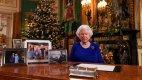 Královna Alžběta II. ve své pracovně během Vánoc 2019.