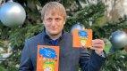 Lukáš Pavlásek se svou nejnovější knihou pro děti.