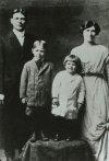 Otec John, matka Nella, bratři Neil a Ronald (1917).