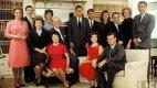 Klan Kennedyů v listopadu 1960 po zvolení Johna (stojí uprostřed) prezidentem. Jackie sedí druhá zprava vedle Roberta Kennedyho.