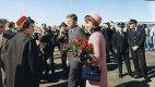 Přílet do Dallasu 22. listopadu 1953, Jackie má na sobě růžový kostýmek, který bude za několik hodin potřísněn Johnovou krví.