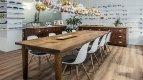 Bytelný dřevěný stůl je ozdobou prostorného interiéru.