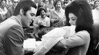 Mladý pár si odváží z porodnice dceru Lisu Marii (únor 1968).