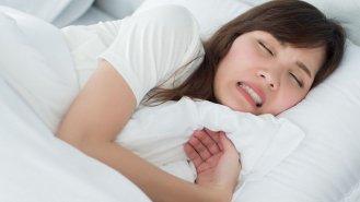 Skřípání zubů oslabuje chrup