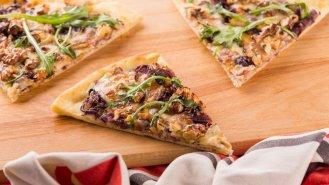 Pizza s cibulí, ořechy a sýrem Dolce formaggio