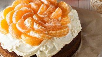 Kakaový dort se smetanovým krémem a mandarinkami