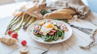 Chřestový salát se slaninou a sázeným vejcem