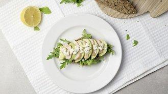Open sendvič s avokádem, kuřecím masem a sýrem Il Salato