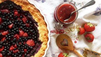 Letní koláč sdžemem a borůvkami