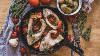 Pečený kapr s bylinkami a bramborem