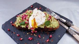 Avokádový toast spošírovaným vejcem a granátovým jablkem