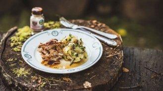 Trhané vepřové maso se šťouchaným bramborem a houbami