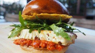 Burger s grilovanou giuncatou a sýrovým chipsem
