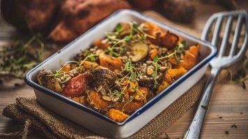 Pečená dýně, sladké brambory, topinambur, mrkev a mix pražených semínek