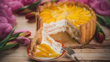 Nepečený dort s tvarohem a broskvemi