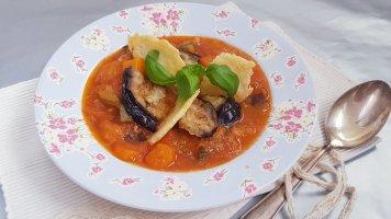 Italská polévka minestrone sparmazánovými chipsy