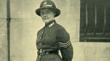 Lilian Wyles (†89): Detektiv v sukni aneb To Scotland Yard ještě nezažil