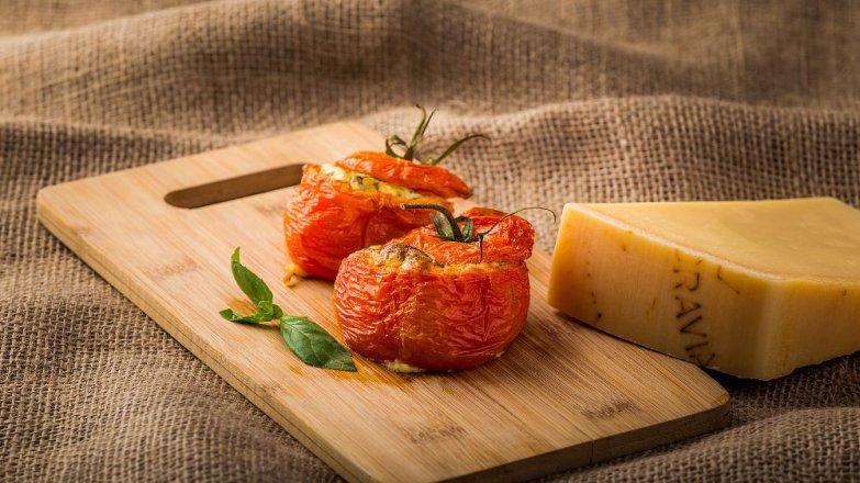 Rajčata plněná sýrem Gran Moravia se salsou