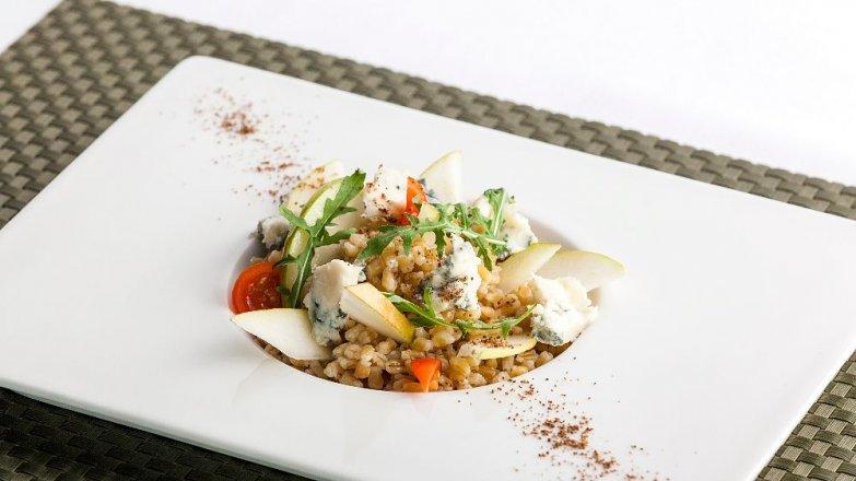 Špaldový salát s hruškami a gorgonzolou