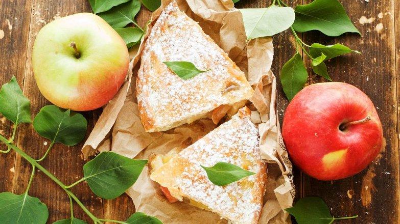 Koláč s jablky a brusinkami