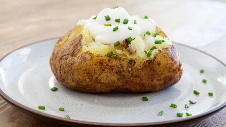 Pečené brambory plněné ricottovo-jogurtovou náplní s čerstvými bylinkami
