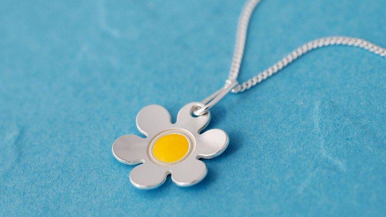 Víte, že stříbrné šperky jsou pro děti vhodnější než bižuterie?