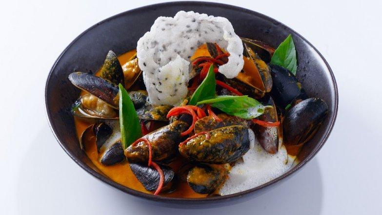 Thajské seafood kari se slávkami, citronovou trávou a thajskou bazalkou