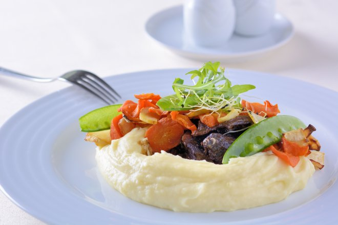 Hovězí líčka s pečenou kořenovou zeleninou a bramborová kaše