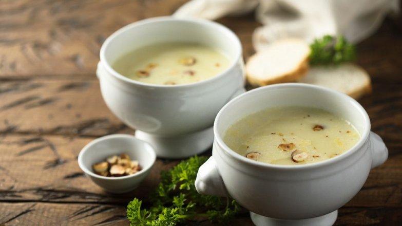 Celerová polévka s lískovými oříšky