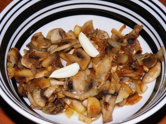 Sladkokyselý houbový salát