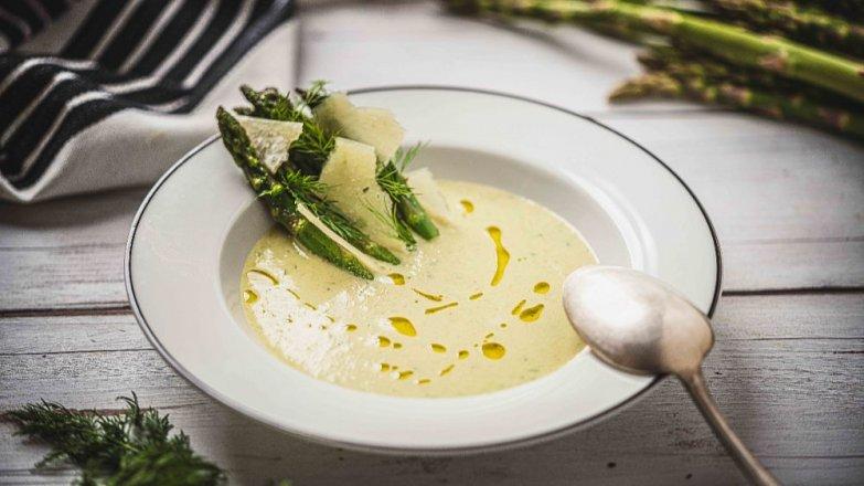 Polévka ze zeleného chřestu s ovčím sýrem