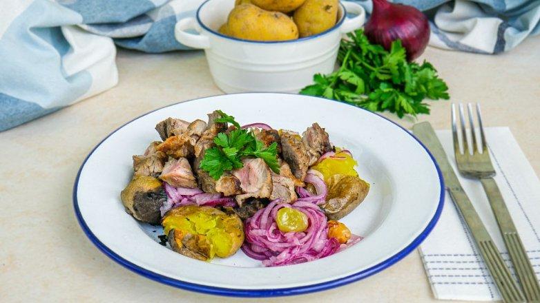 Grilovaná krkovice s cibulovým salátem