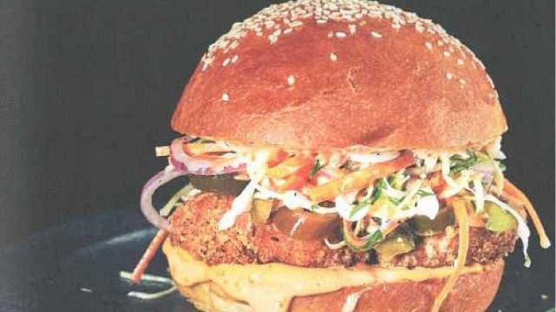 Hamburger se smaženým kuřetem a salátem coleslaw